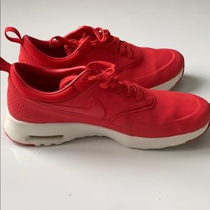 BRAND NEW WOMENS RED NIKE SIZE 9